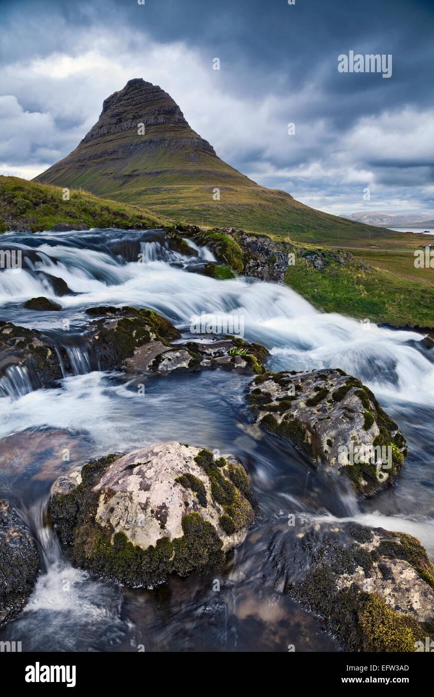 Paisaje de Islandia. Imagen de montaña Kirkjufell en la península de Snaefellsnes, Islandia. Imagen De Stock