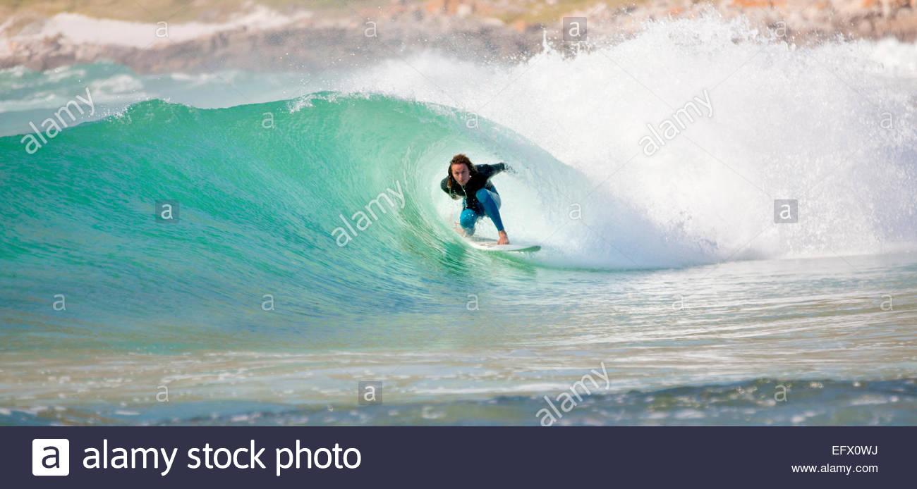 Surfer surfing en el túnel de la gran ola Imagen De Stock
