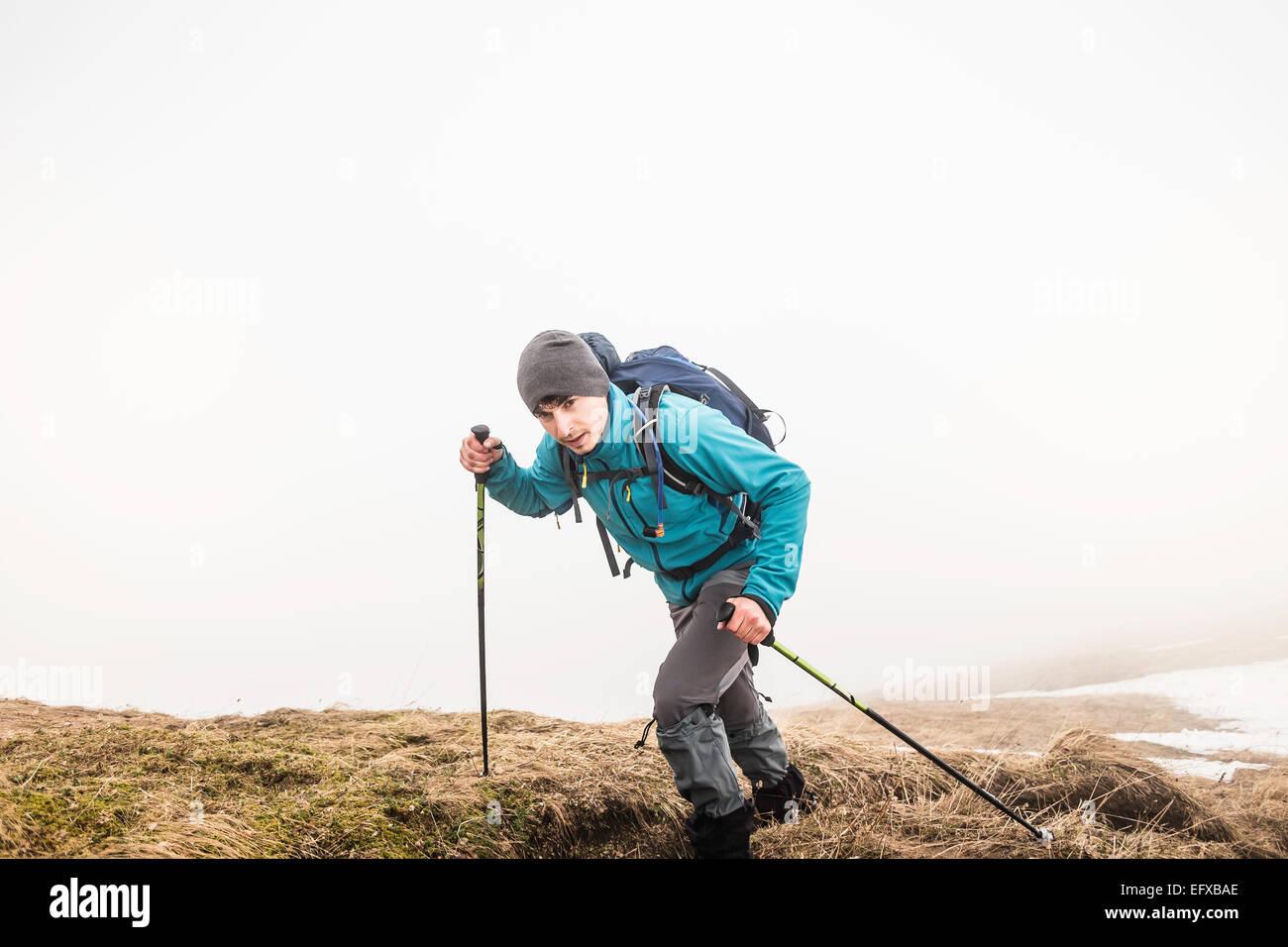 Montaña Joven caminante en la niebla, Alpes bávaros, Oberstdorf, Baviera, Alemania Imagen De Stock