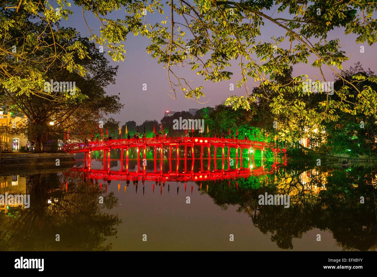 El lago Hoan Kiem en el barrio antiguo de Hanoi, Vietnam. Imagen De Stock
