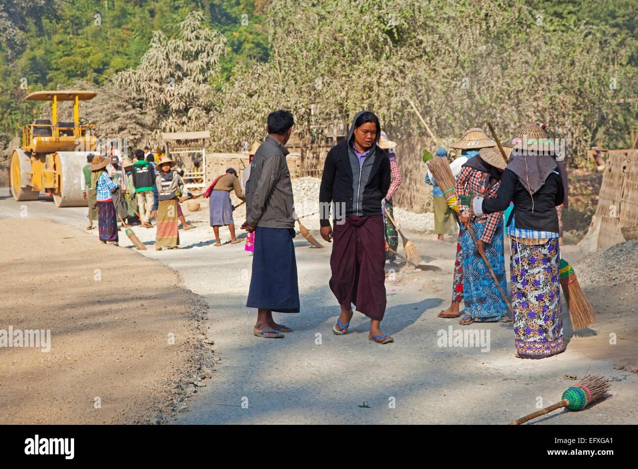 Carretera mujeres, obreras barriendo con escobas, Nyaungshwe, el Estado de Shan, Myanmar/Birmania Imagen De Stock