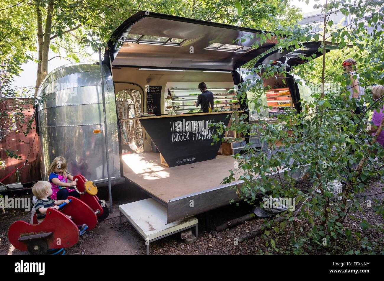 Princess Garden , en jardinería, granja urbana móvil con hierbas y vegatable, Kreuzberg, Berlín Imagen De Stock