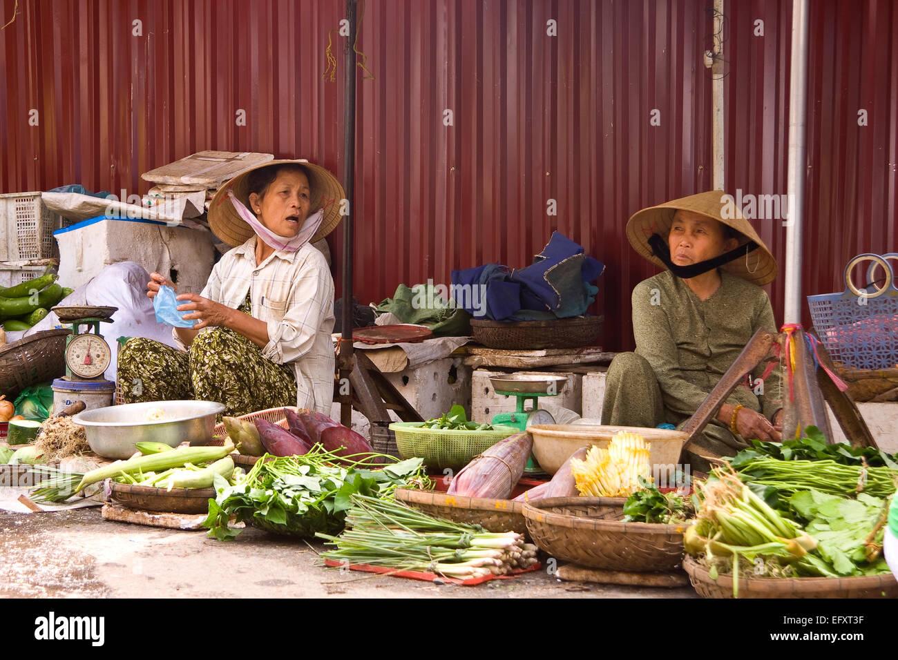 Las mujeres en los tradicionales sombreros cónicos en el mercado de la  ciudad vieja  Hoi f71faa6338d