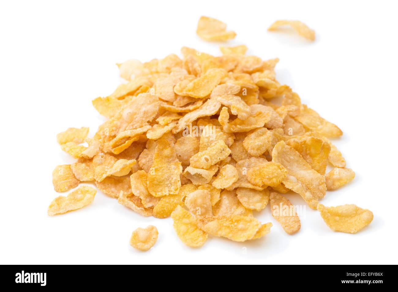 Primer plano de montón de copos de maíz los cereales , aislado sobre fondo blanco. Imagen De Stock