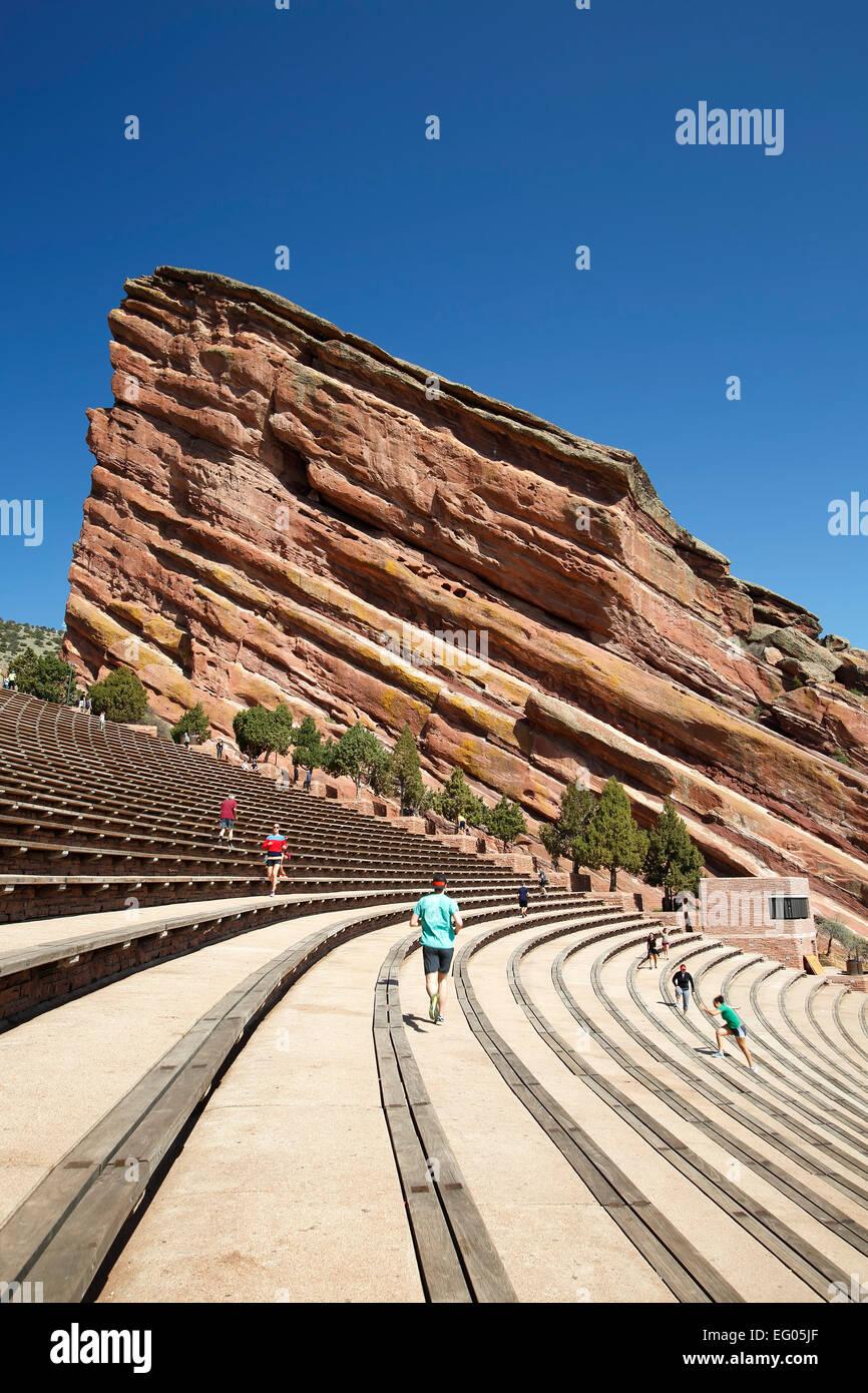El anfiteatro de las rocas rojas con corredores y caminantes, Morrison, Colorado, EE.UU. Imagen De Stock