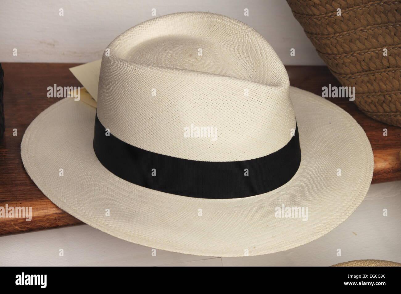 Sombrero de Panamá para venta en un puesto en el mercado Foto ... 5a2fa4909d6