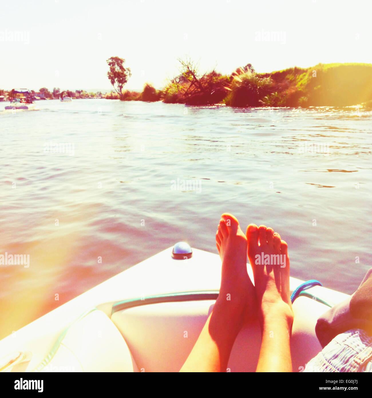Mujer relajante en un barco de vela, California, Estados Unidos, EE.UU. Imagen De Stock