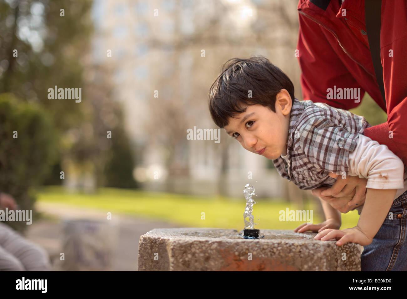 Boy (4-5) agua potable Imagen De Stock