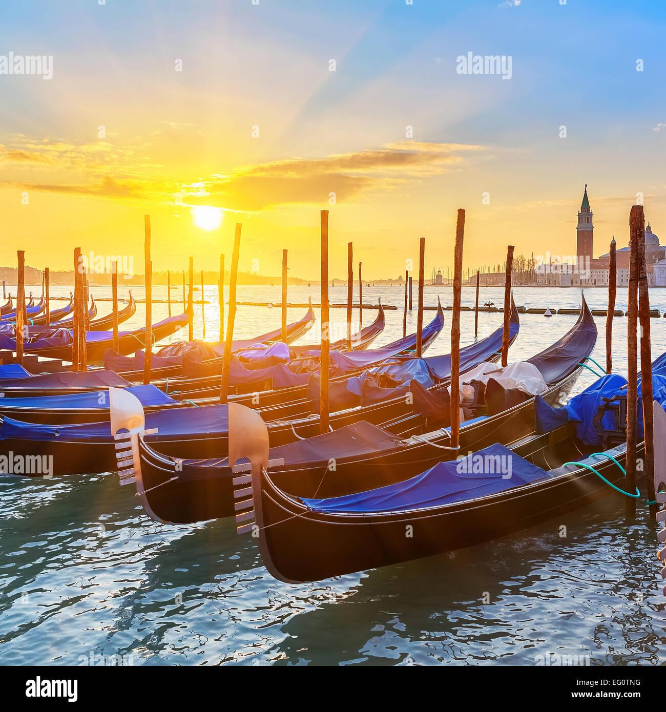 Góndolas venecianas al amanecer. Imagen De Stock