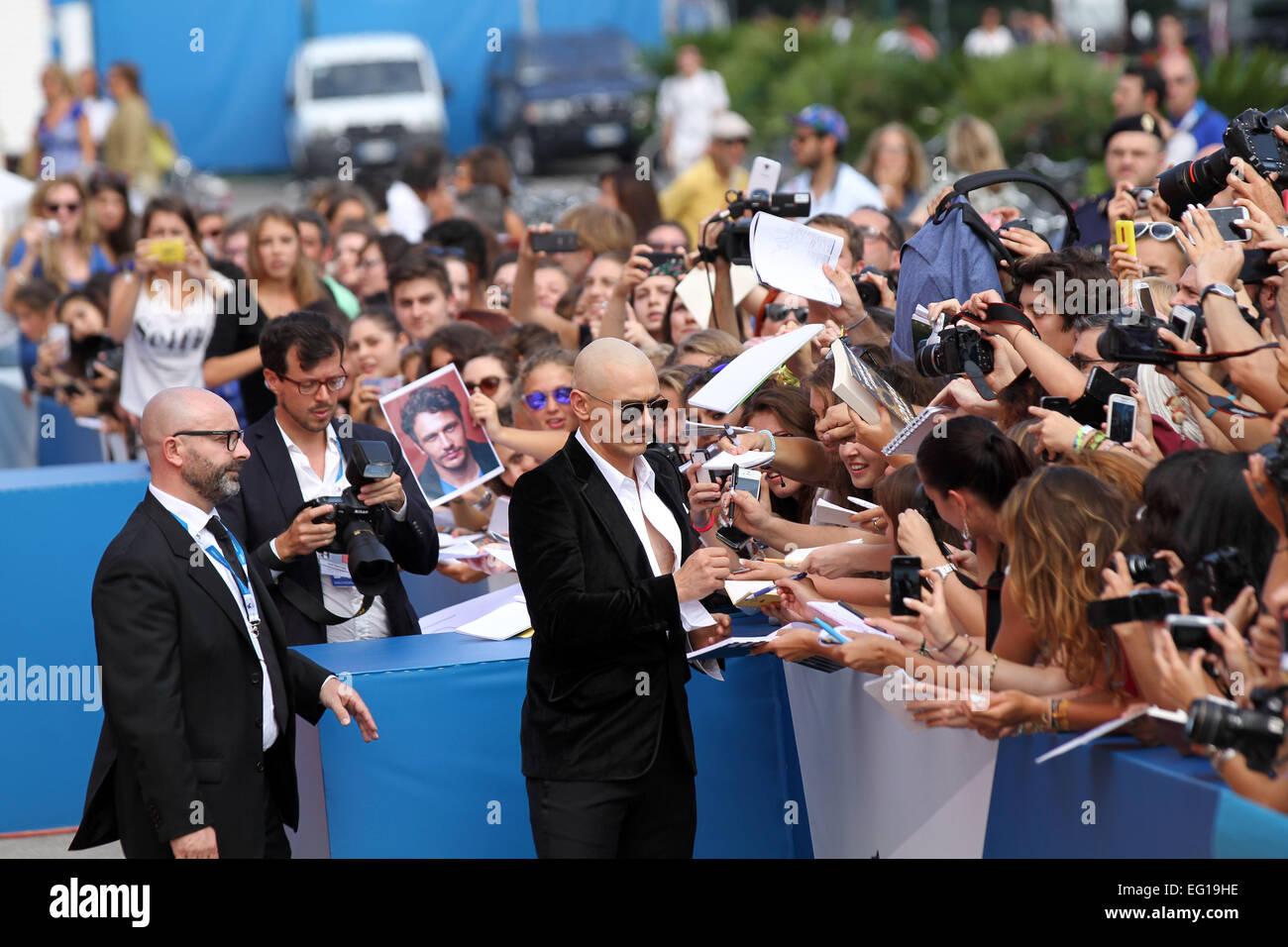 Italia, Venecia : director y actor estadounidense James Franco firma autógrafos Imagen De Stock