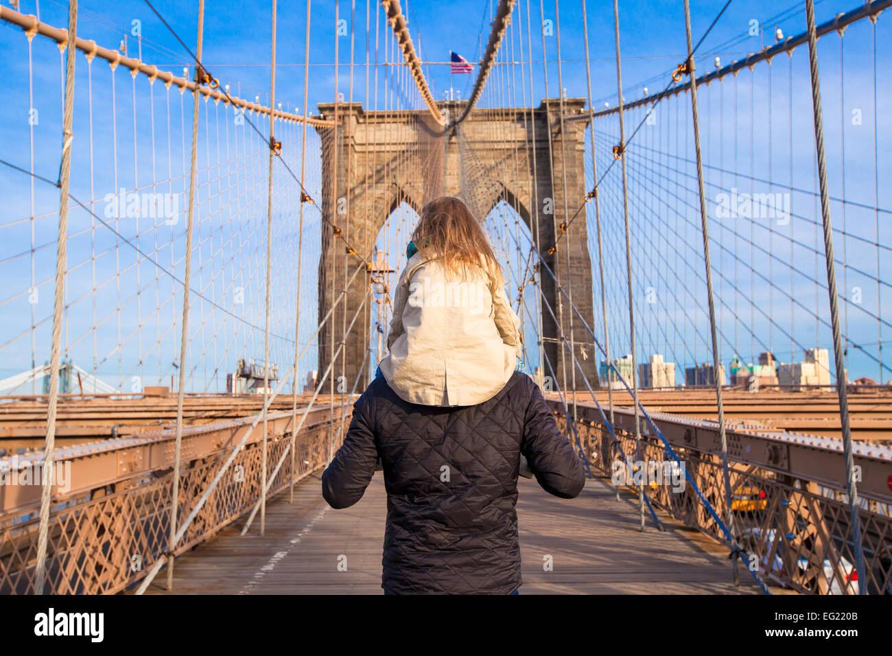 El papá y la niña en el puente de Brooklyn, Nueva York, EE.UU. Imagen De Stock