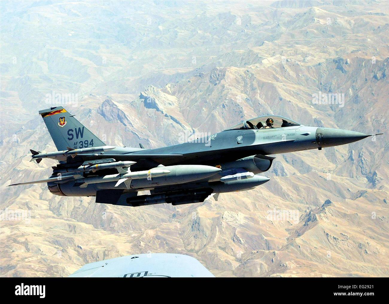 F-16A/B/C/D combates Falcon función primaria: Multi-función de caza. Velocidad: 1.500 km/h. Dimensiones: 32 pies de envergadura. 8.; longitud de 49 pies. 5.; 16 pies de altura. Rango: 2,000 millas unrefueled. Armamento: M-61A1 con cañones de 20 mm 500 rondas; estaciones externas llevar hasta seis misiles aire-aire, convencional de aire-aire y aire-superficie y municiones contramedida electrónica vainas. M129, MK-82/84, GBU-10/12/24/27/31/38, CBU-87/89/97/103/104/105/107, GM- 65/88/154/158, las armas nucleares. Tripulación: F-16C, uno; F-16D, uno o dos. Foto de stock