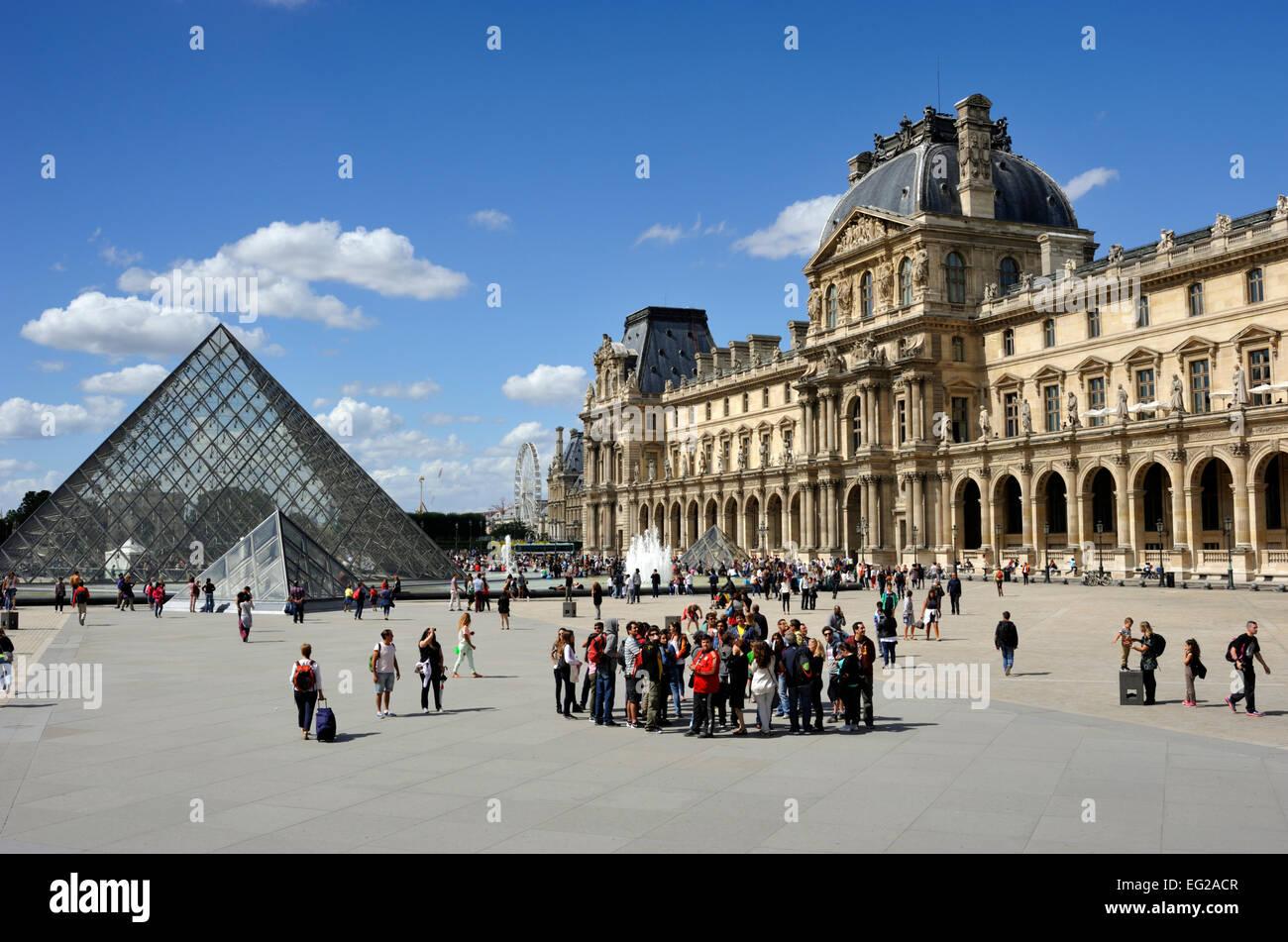 En París, el museo del Louvre y la pirámide Foto de stock