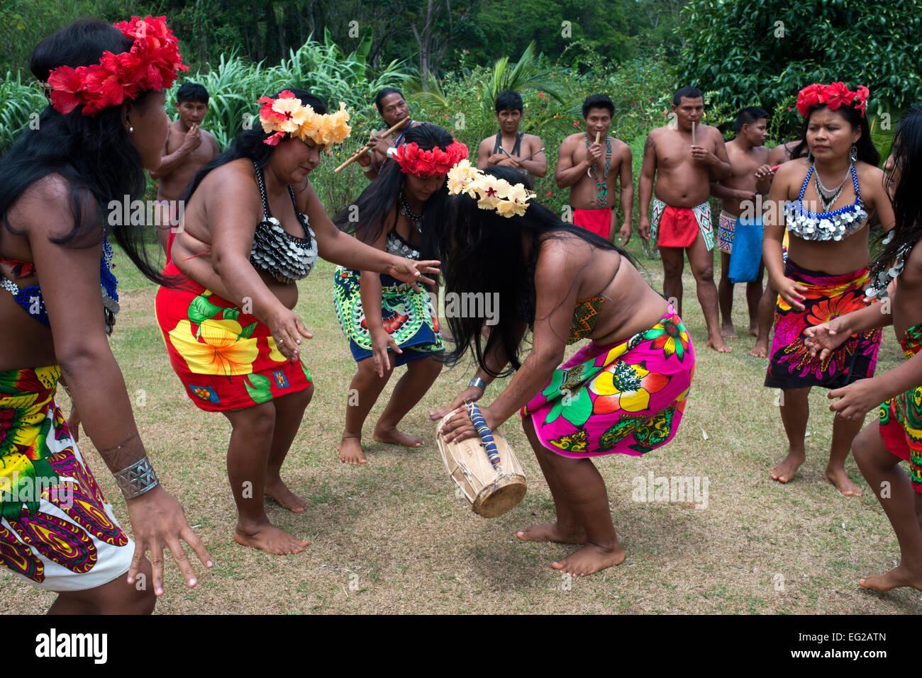 Música y baile en la aldea de la tribu indígena Embera ...