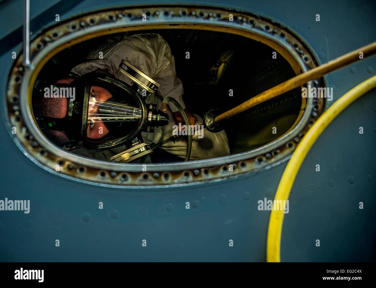 Aerotécnico de Primera Clase Nicholas McKinney mira hacia arriba desde el interior de un C-17 Globemaster III Imagen De Stock