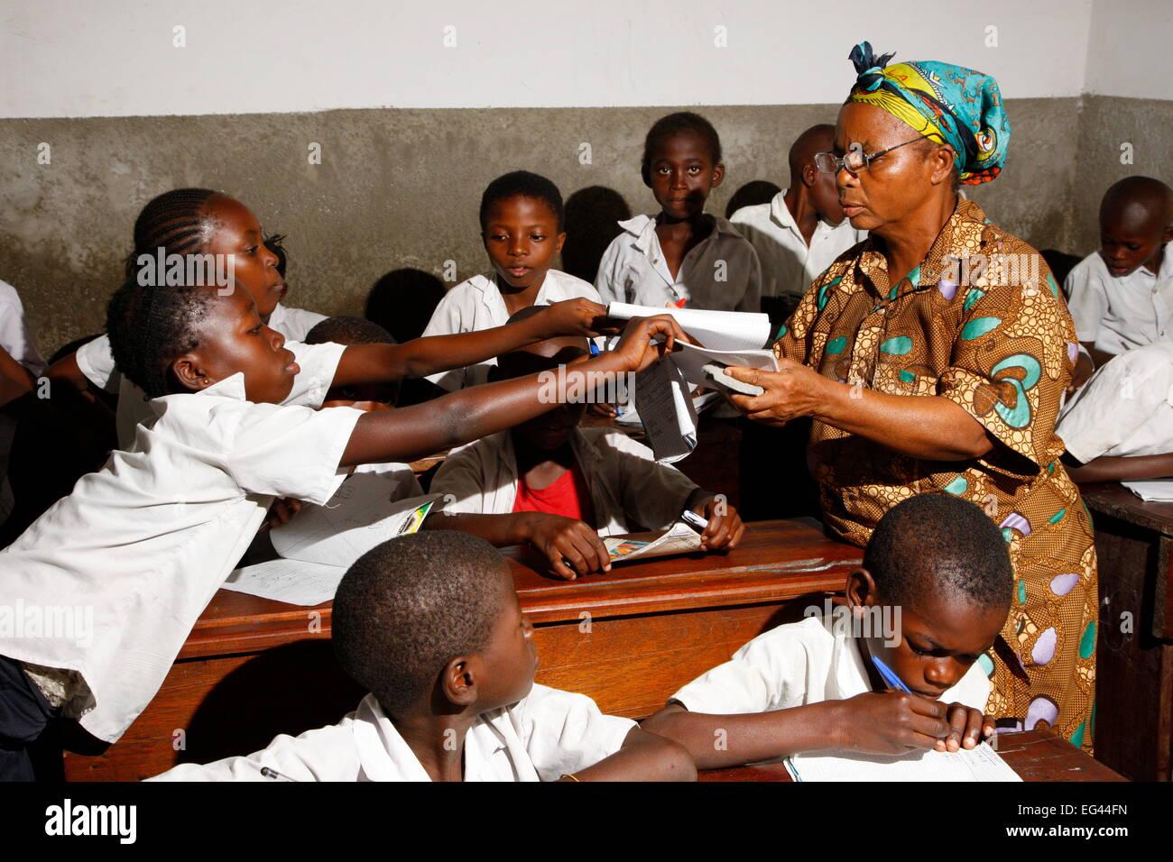 El profesor y la escuela niños en uniforme escolar durante la clase, Kinshasa, Congo Imagen De Stock