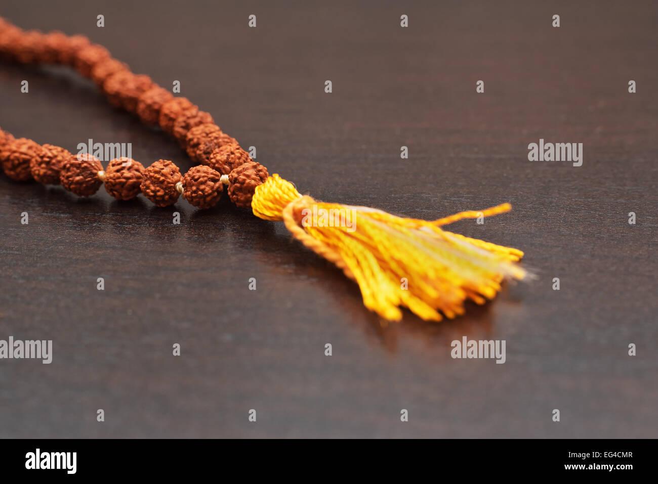 Japa mala en la mesa. Rosarios elaborados a partir de las semillas del árbol rudraksha Foto de stock