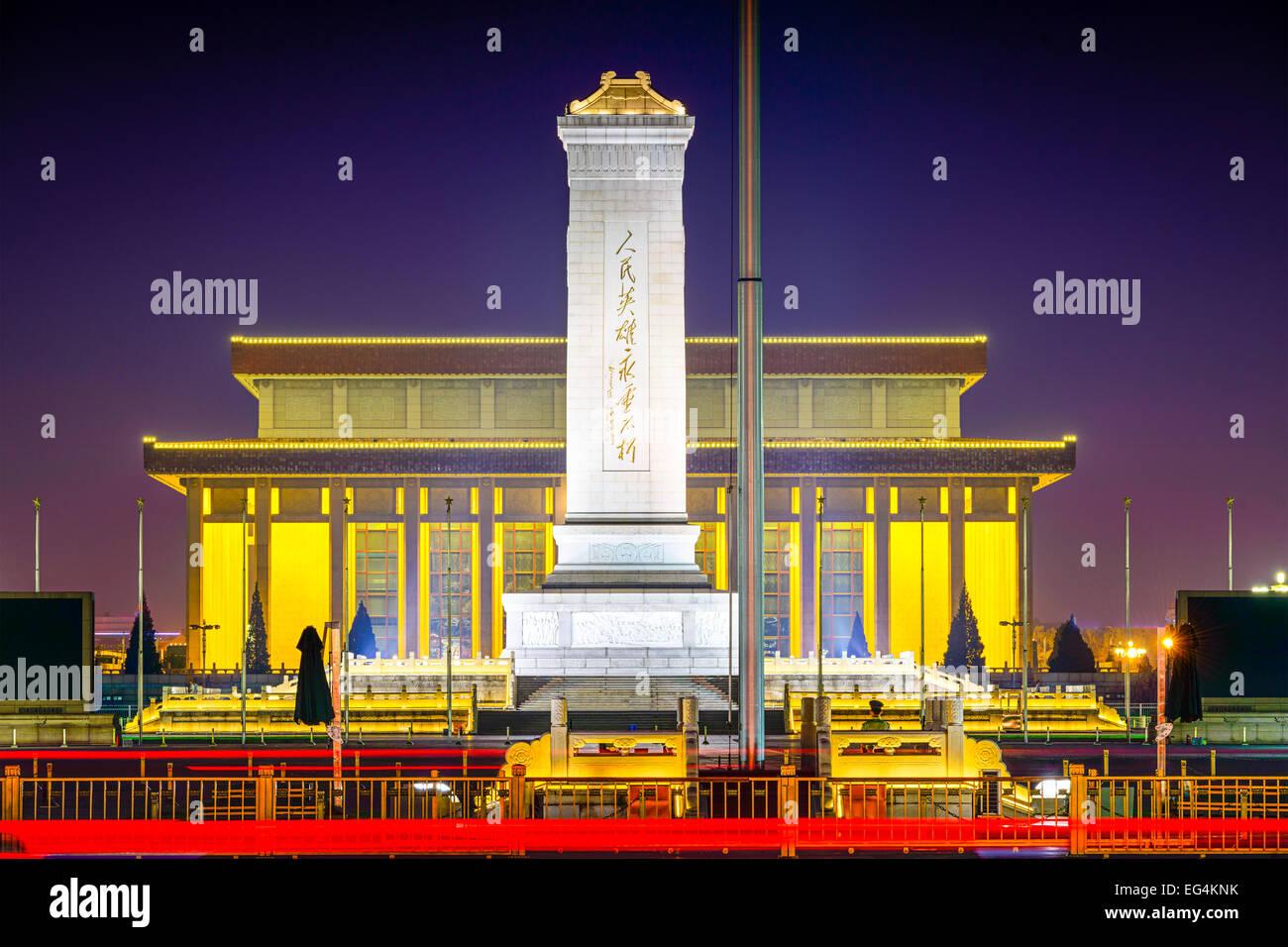 Beijing, China, en el Monumento a los héroes del pueblo en la Plaza Tiananmen de noche. Imagen De Stock