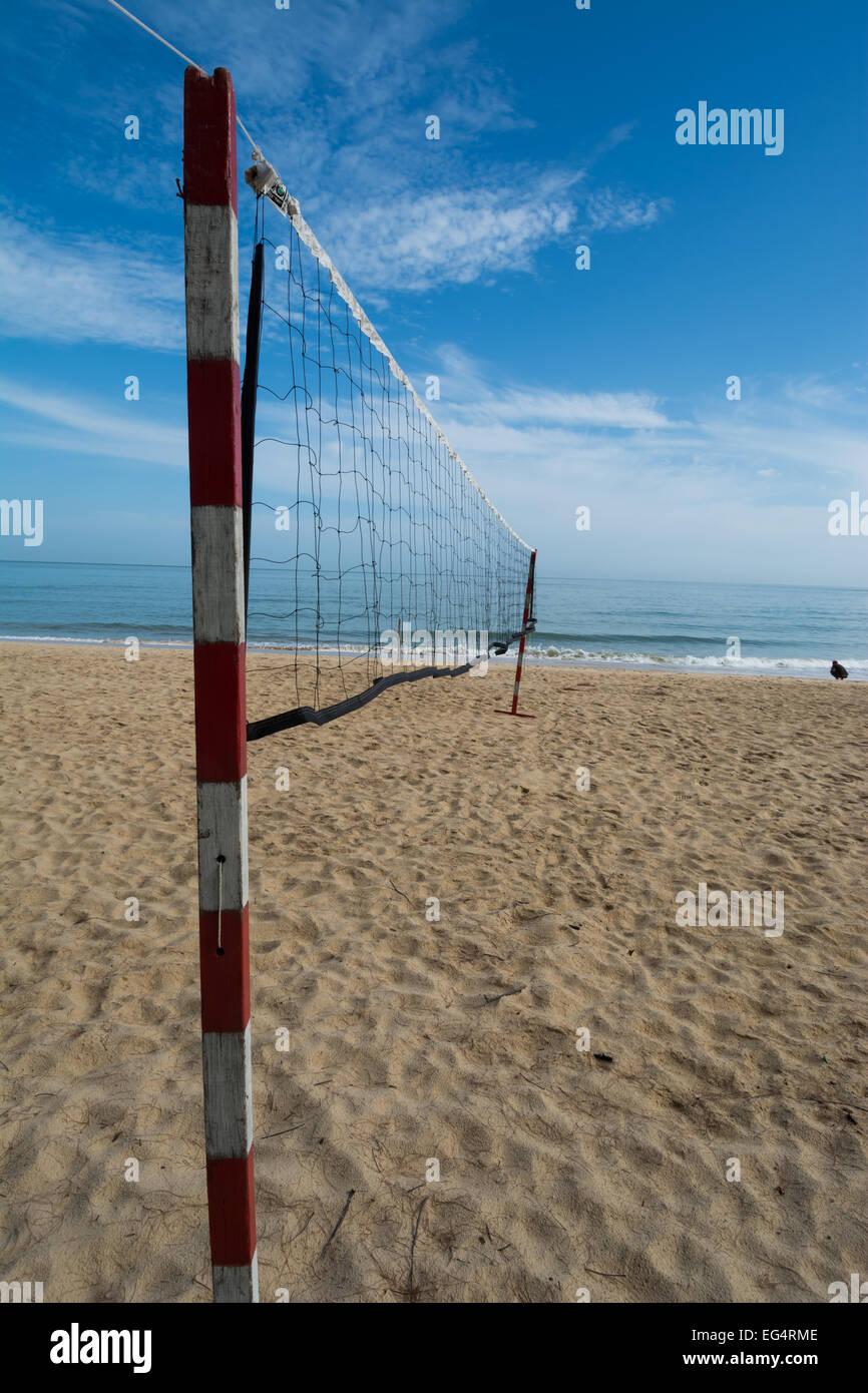 El balonvolea Beachball net en una playa tropical con perspectiva Imagen De Stock