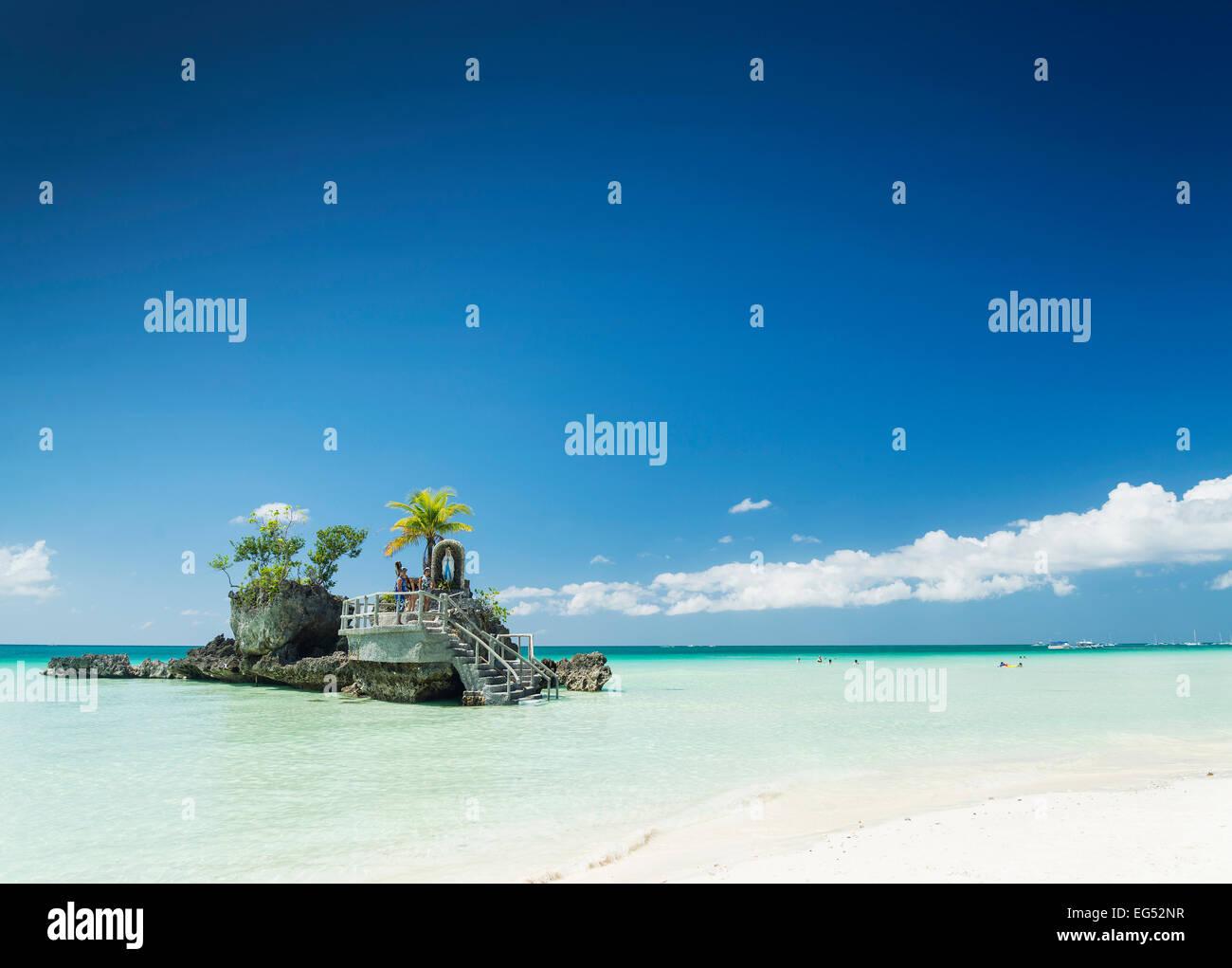 Playa blanca y santuario cristiano en la isla tropical de Boracay en Filipinas asia Foto de stock
