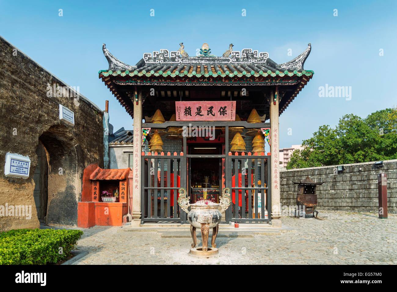 Templo chino junto a ruinas de San Pablo, en Macao, China. Imagen De Stock