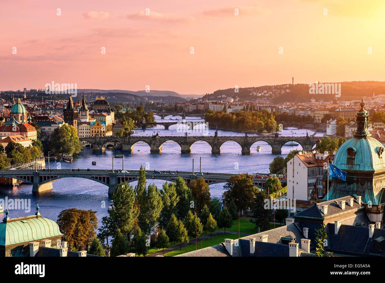 A través del río Vlatava y el Puente Charles y los puentes de Praga. Imagen De Stock