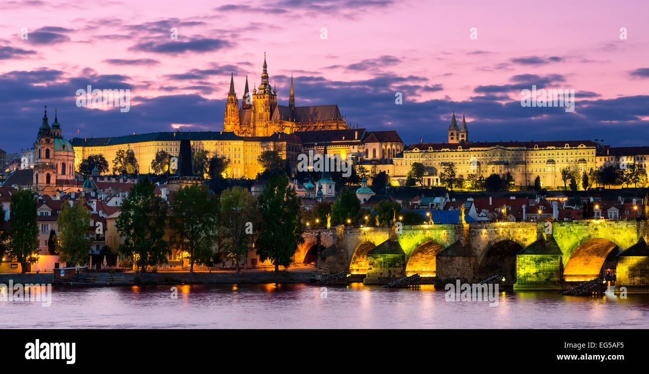 Praga, el castillo y el río Vltava en la noche Foto de stock