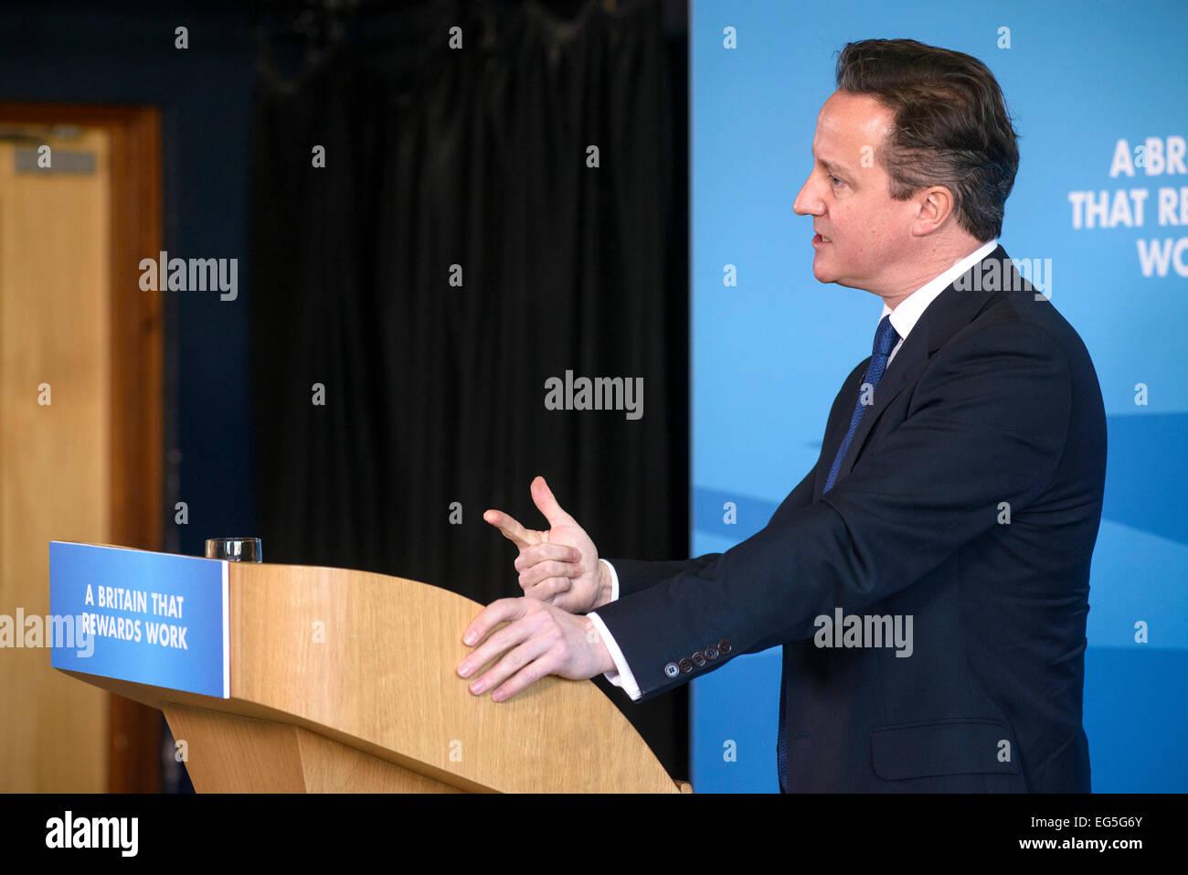 Hove, Reino Unido. 17 Feb, 2015. El Primer Ministro David Cameron hace un discurso sobre el 17/02/2015 a Blatchington Mill Escuela Hove. El PM habló acerca del estado del bienestar y conseguir que la gente vuelva a trabajar. Crédito: Julie Edwards/Alamy Live News Foto de stock