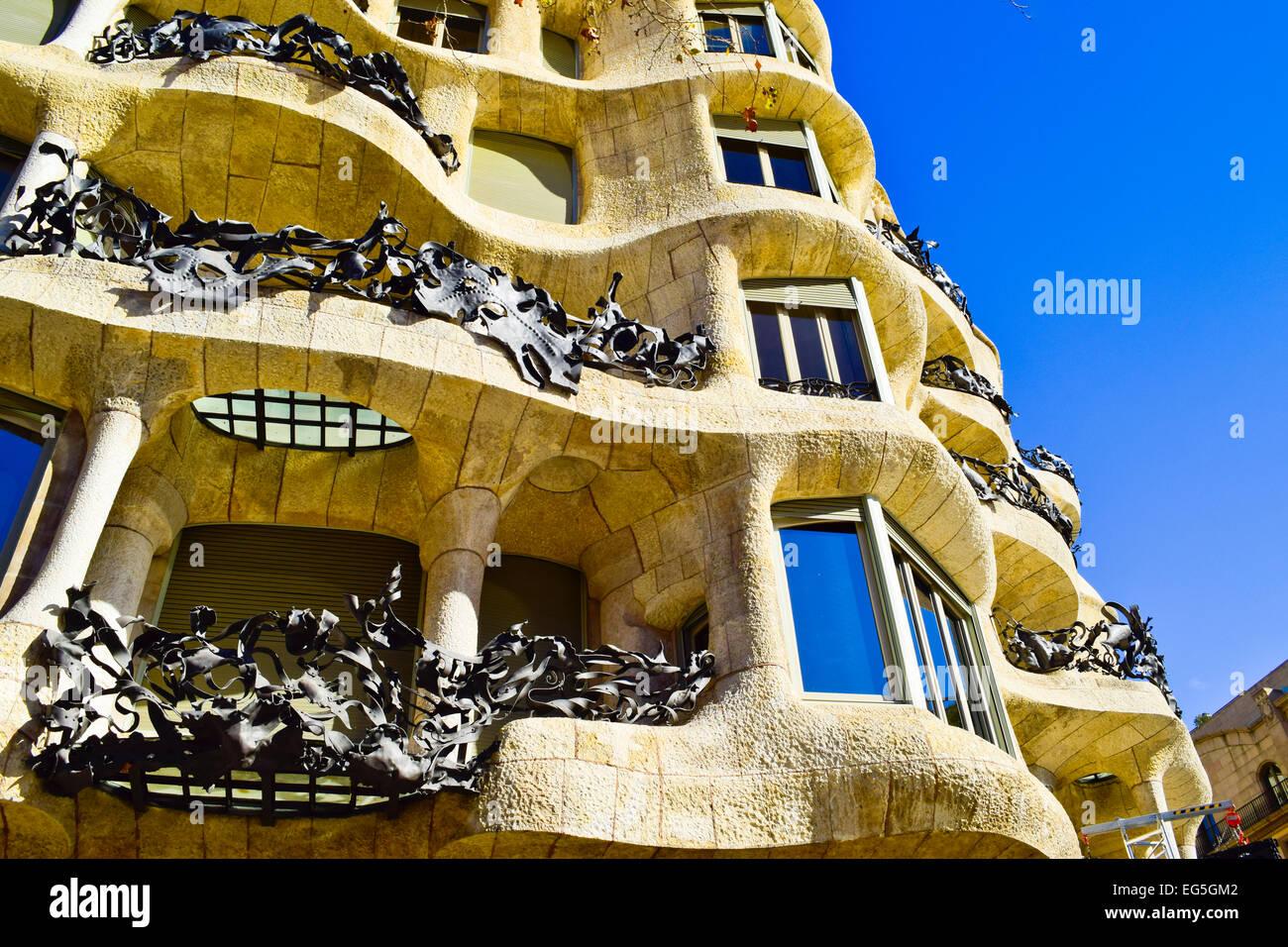 Casa Mila aka La Pedrera diseñado por el arquitecto Antoni Gaudí. Barcelona, Cataluña, España. Imagen De Stock