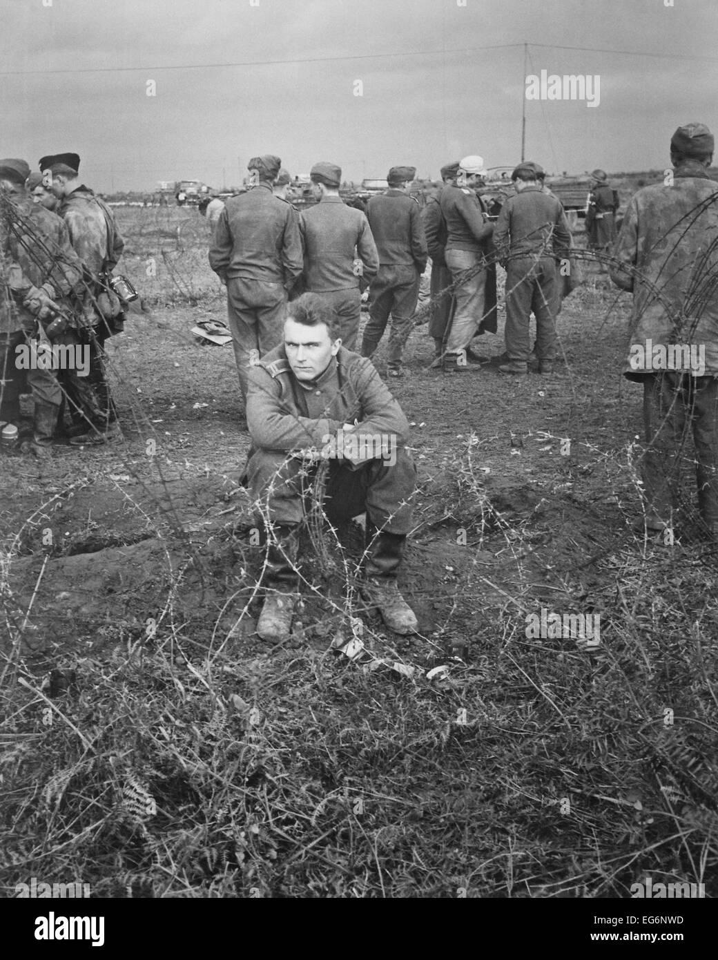 Prisioneros alemanes en Anzio Cabeza de playa, al sur de Roma, Italia, en febrero de 1944. Guerra Mundial 2. (BSLOC Foto de stock