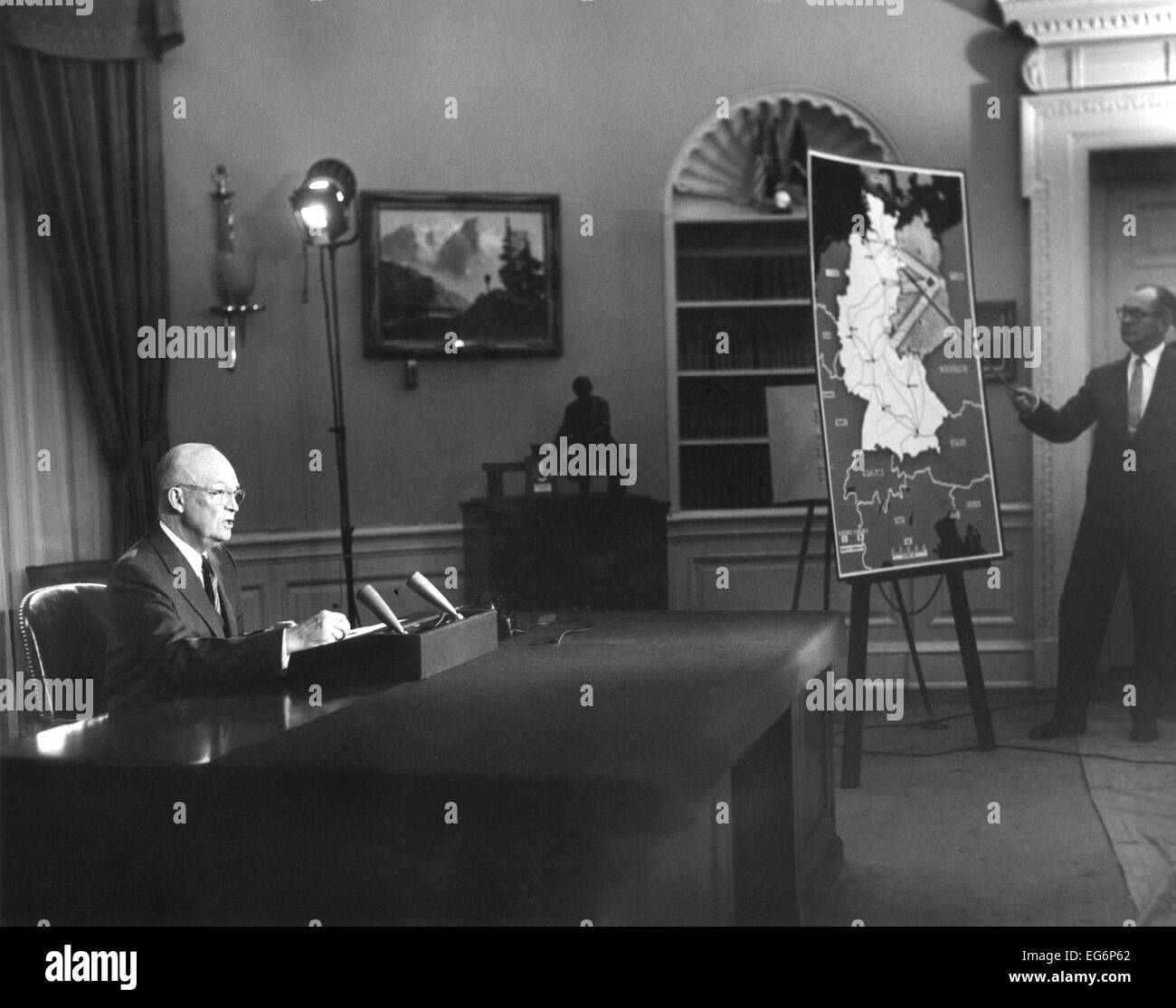 El presidente Eisenhower le habla a la nación sobre las tensiones de la Guerra Fría en Berlín. El Imagen De Stock