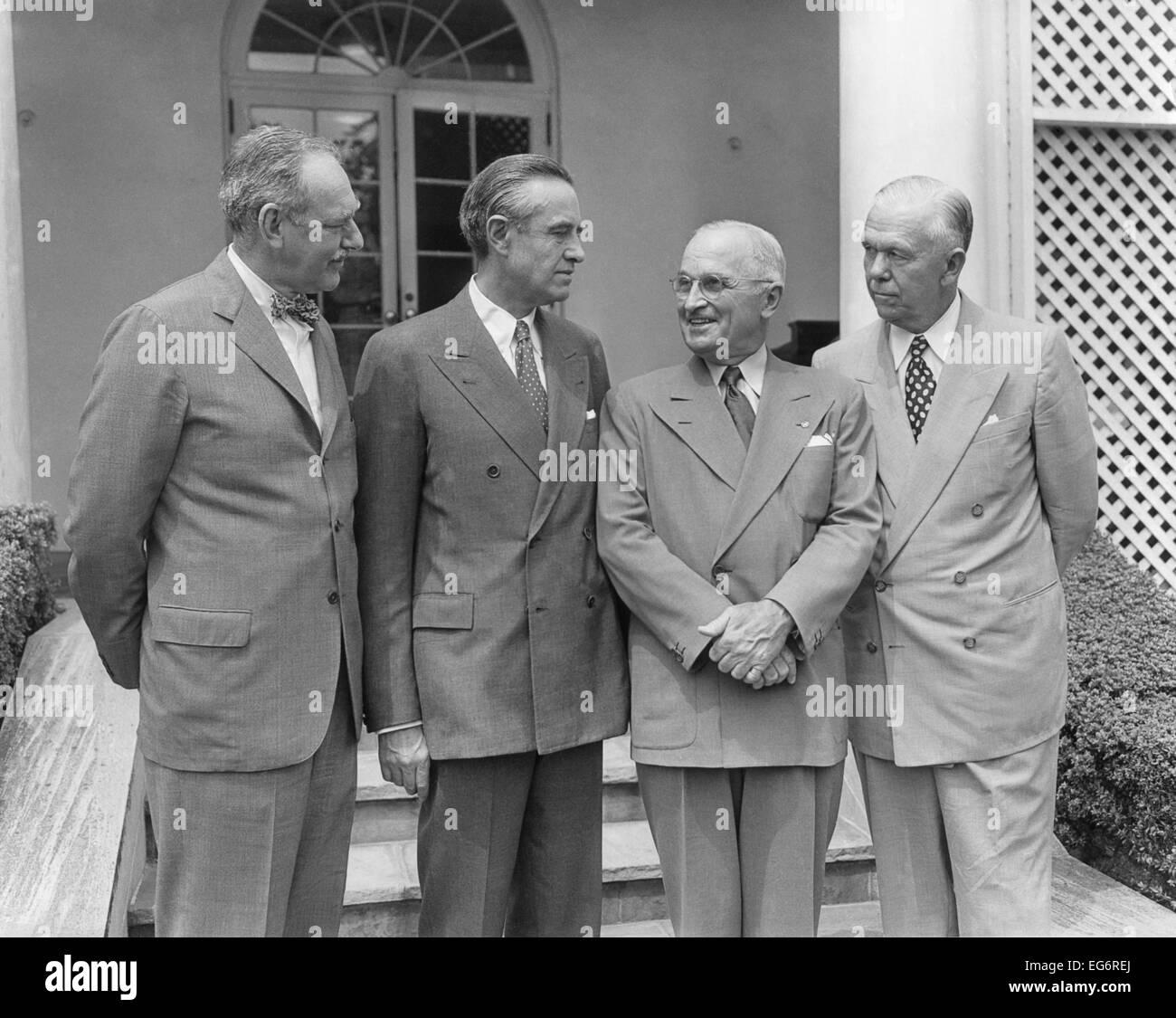 El presidente Harry Truman con los hombres que guiaron la política estadounidense durante los primeros años Imagen De Stock