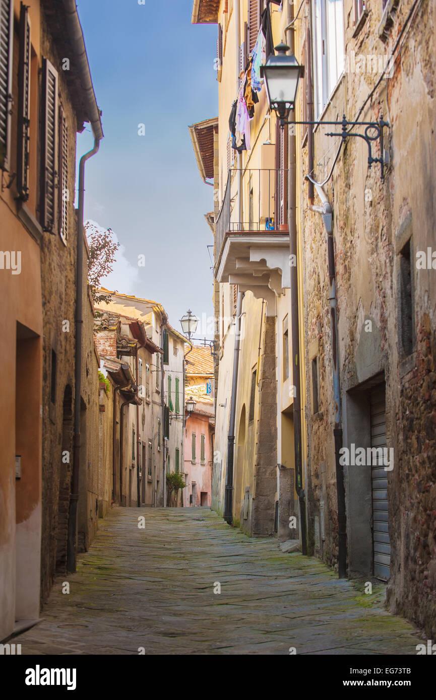 Antiguas calles de verdor, una ciudad toscana medieval. Imagen De Stock