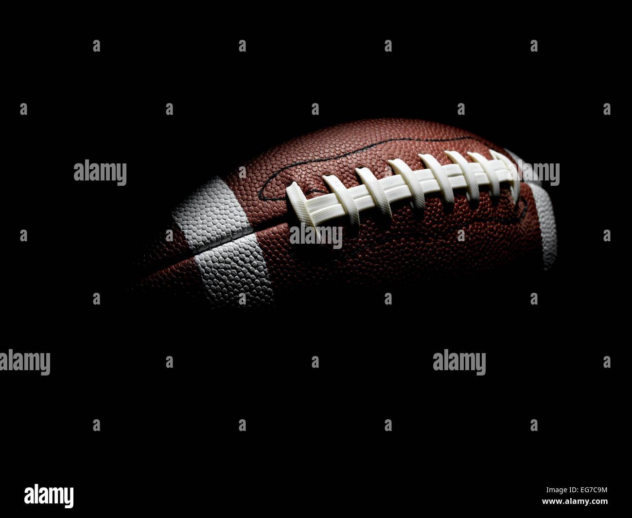 Fútbol de vuelo sobre negro Imagen De Stock