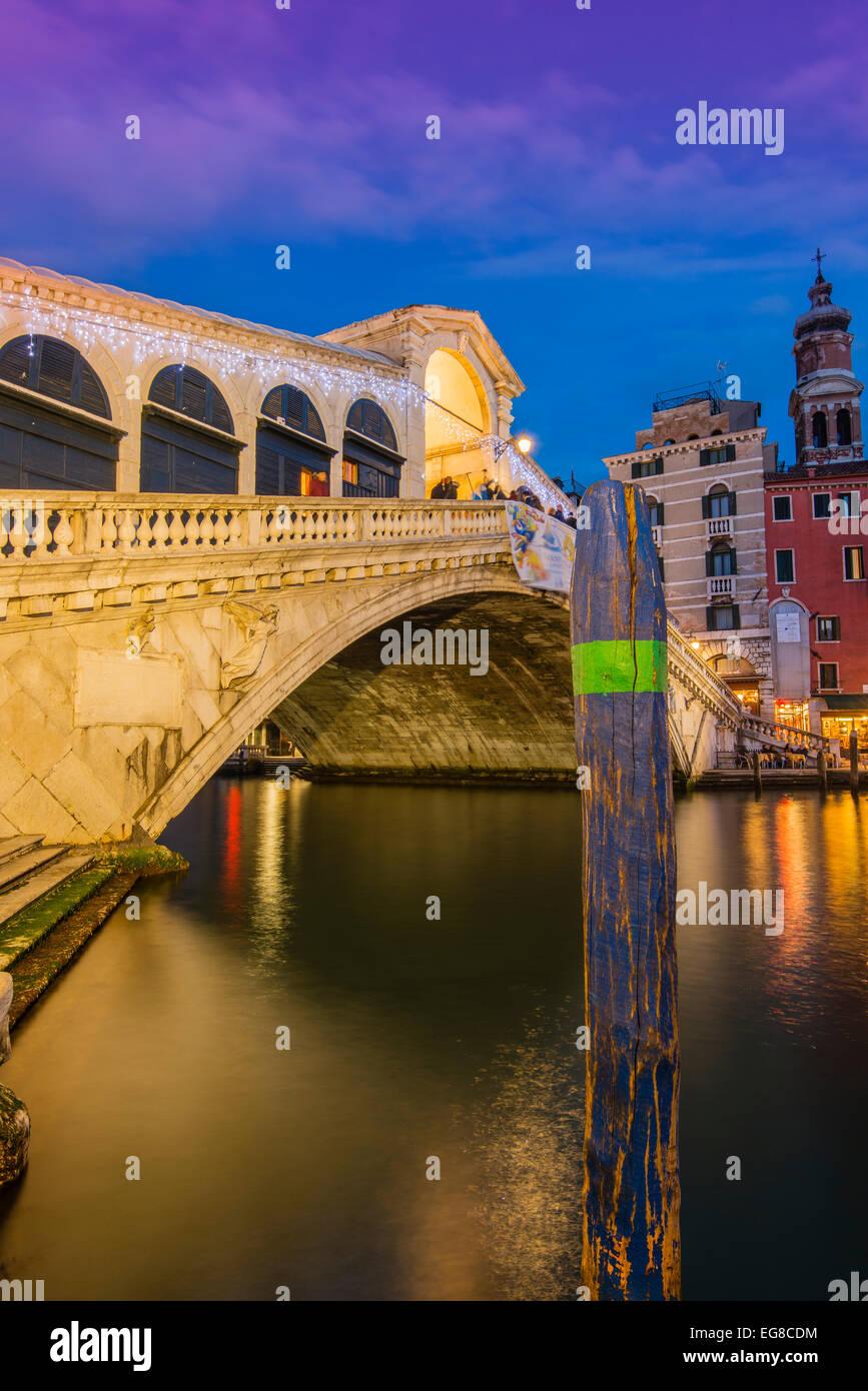 Al atardecer, el Puente Rialto Venecia, Véneto, Italia Imagen De Stock