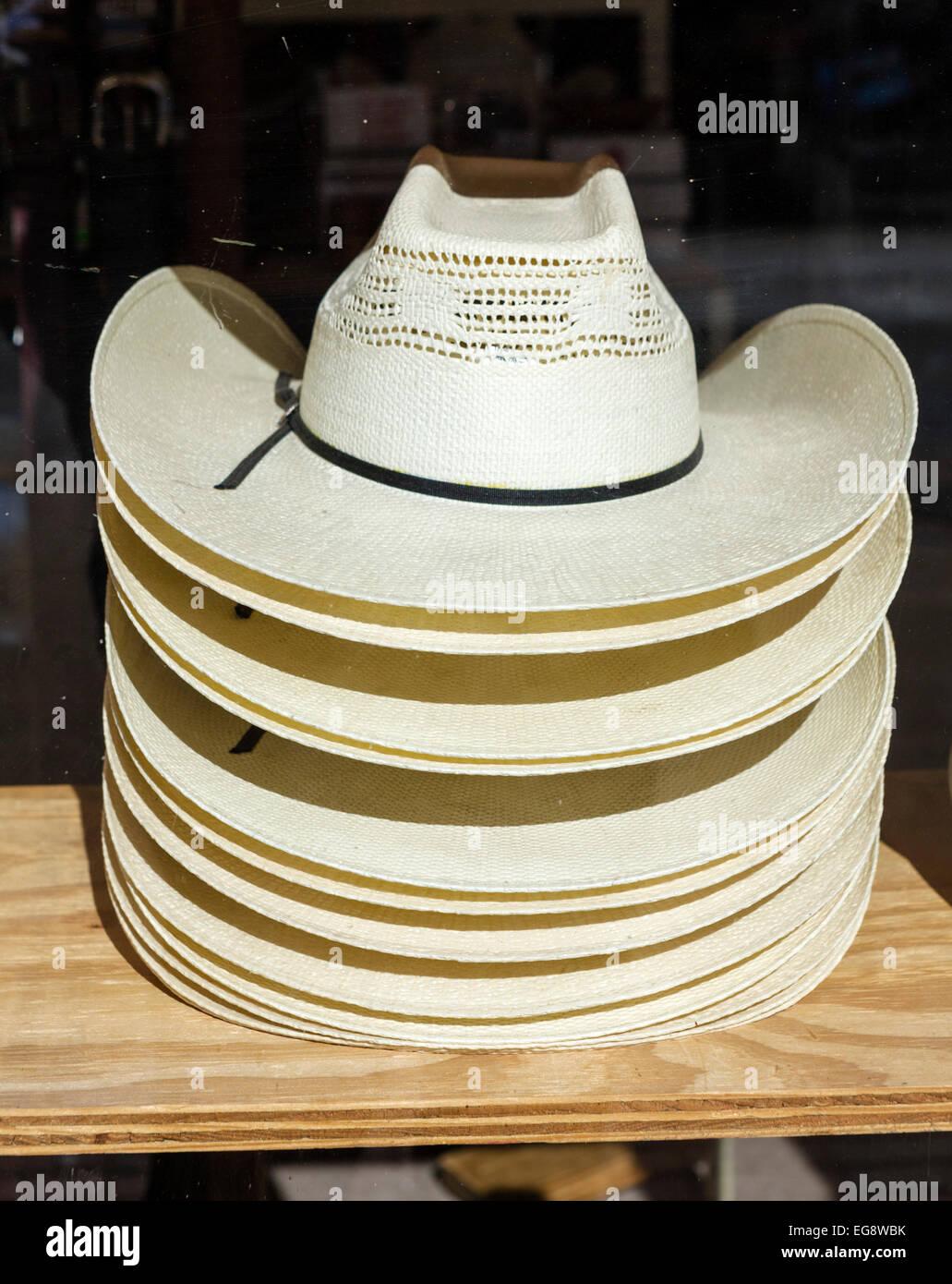 Sombreros vaqueros para la venta en un almacén de Exchange Avenue en el  histórico distrito de efd474725a59