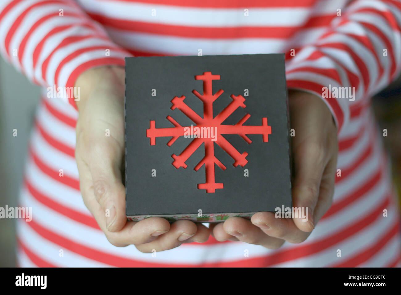 Mujer sosteniendo un regalo de navidad Imagen De Stock