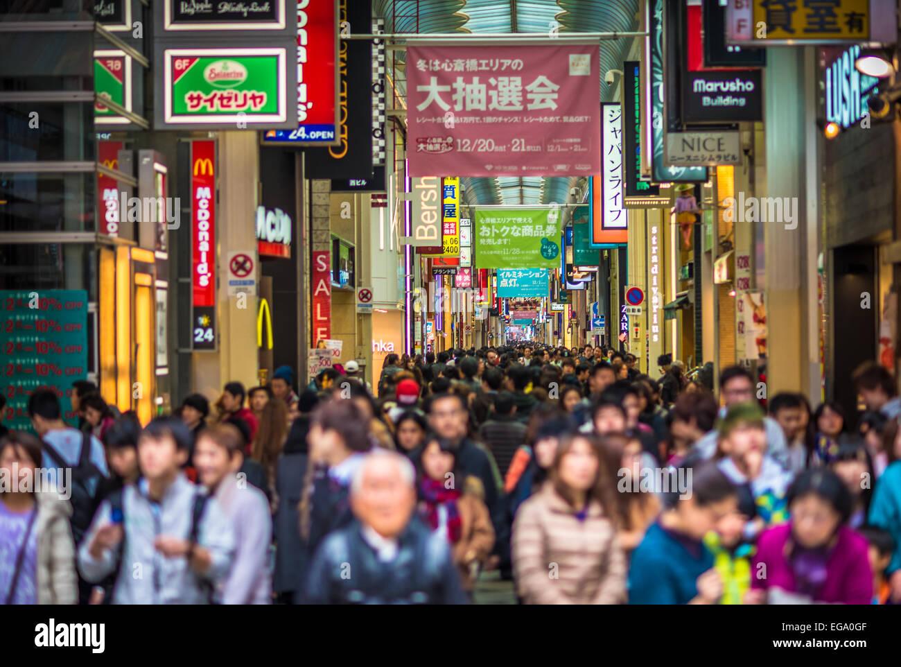 Calle de tiendas abarrotadas de Shinsaibashi en Osaka, Japón, se enfrenta desenfocado Imagen De Stock