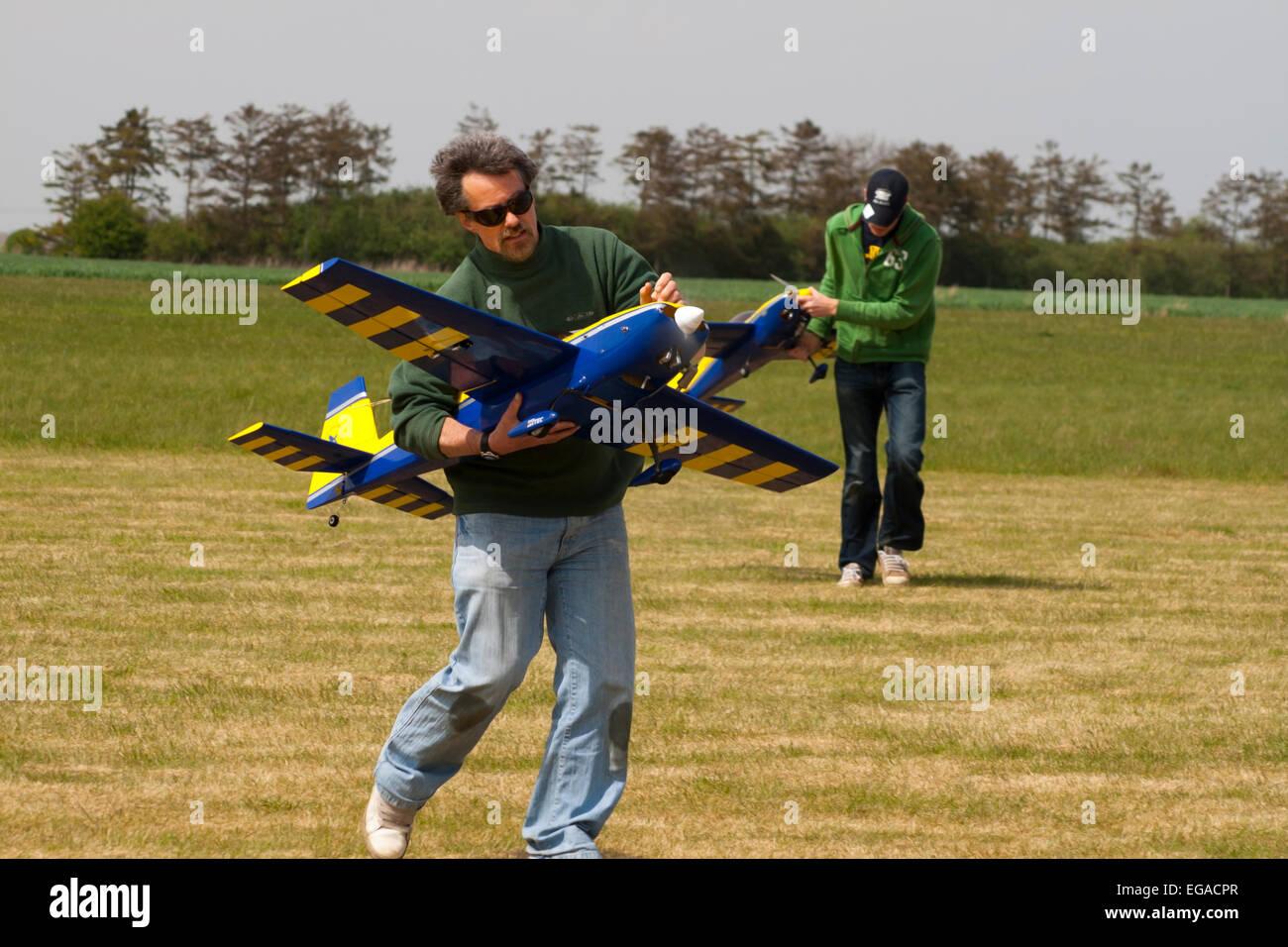 El hombre lleva grandes aviones modelo RC Foto de stock
