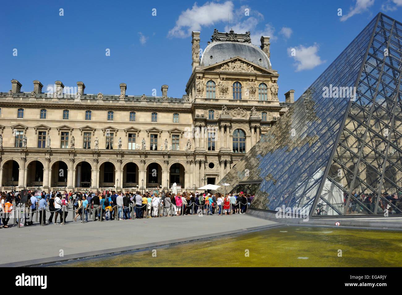 En París, el museo del Louvre, la pirámide, la cola en la entrada Foto de stock