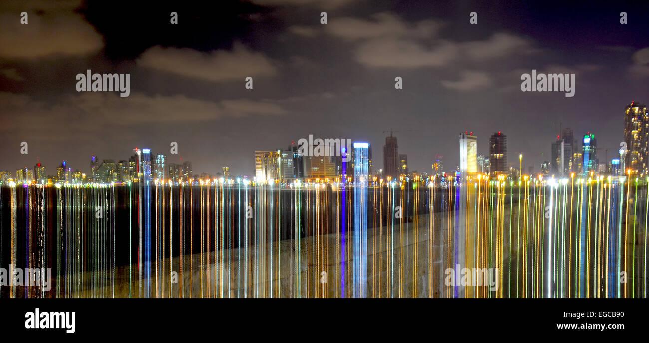Skyline de Tel Aviv en la noche, efecto luminoso, Israel Imagen De Stock