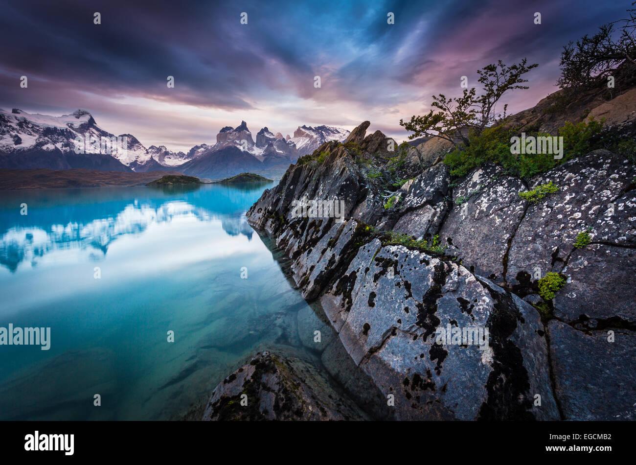 Parque Nacional Torres del Paine abarca montañas, glaciares, lagos y ríos en el sur de la Patagonia Chilena. Imagen De Stock