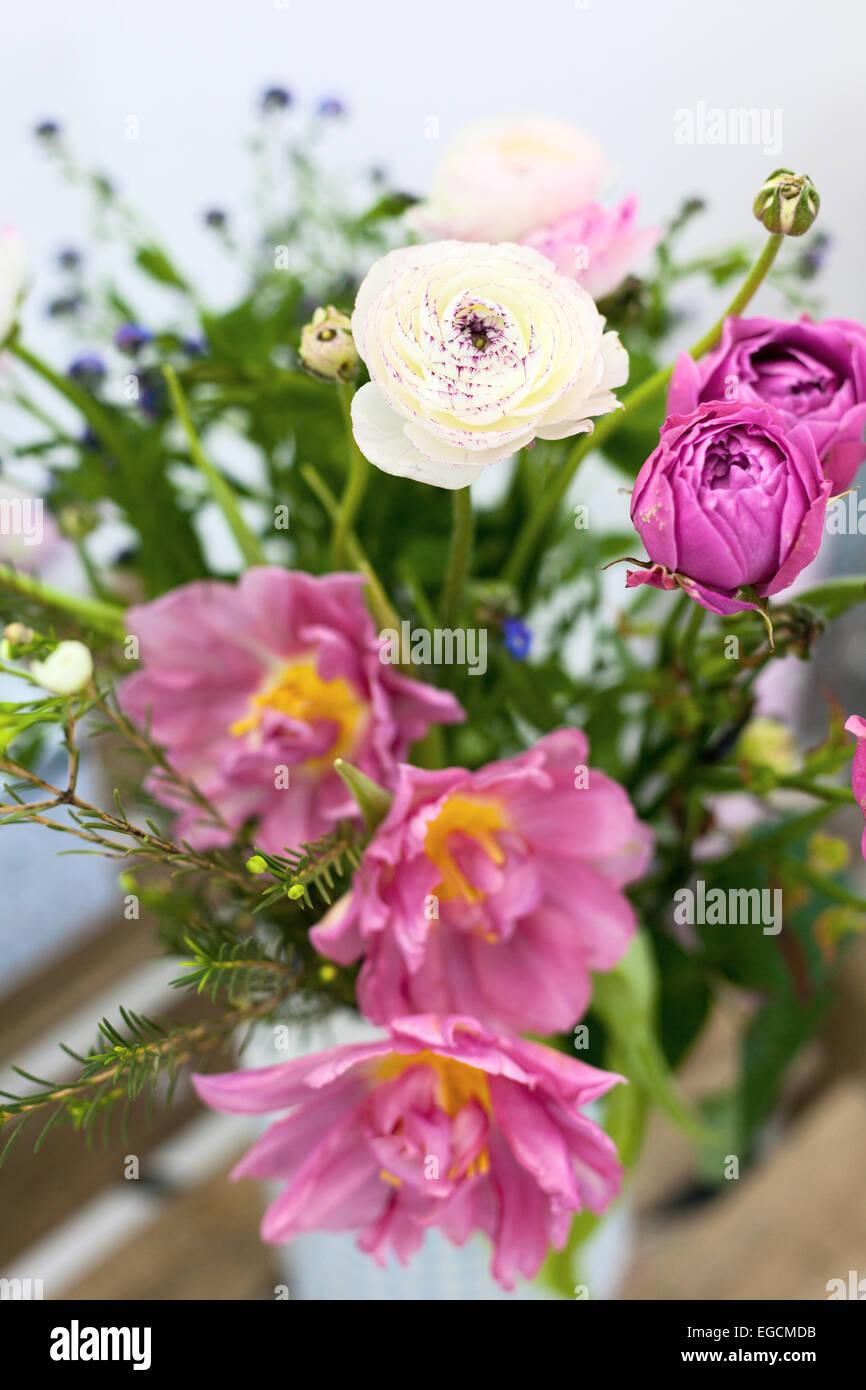 Increíble Ramo Tulipanes rosas en un jarrón Foto de stock