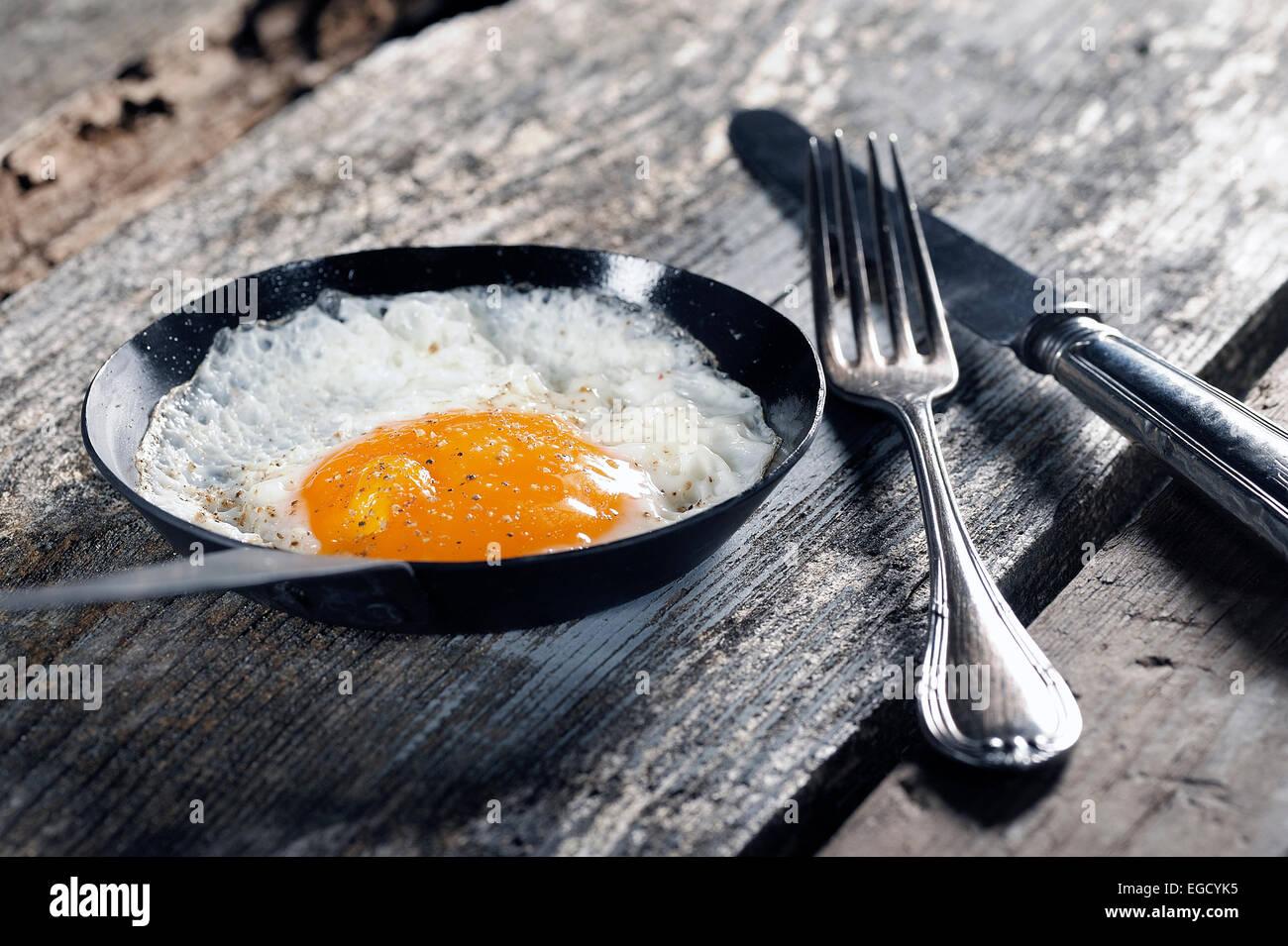 Huevo frito, frito en una sartén Imagen De Stock