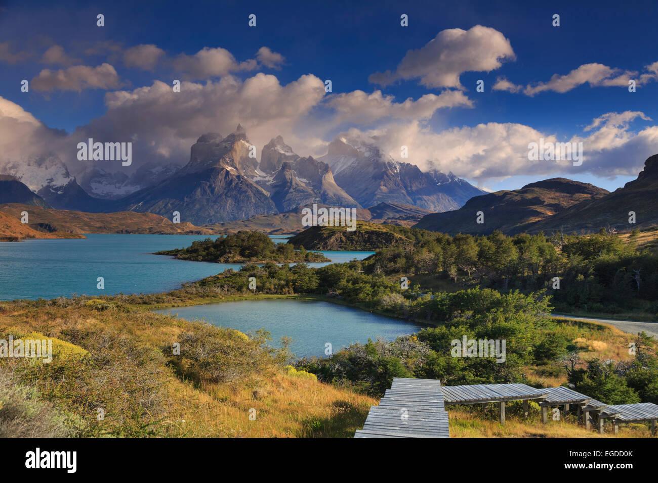 Chile, Patagonia, Parque Nacional Torres del Paine (UNESCO Sitio), los picos de los Cuernos del Paine y el Lago Imagen De Stock