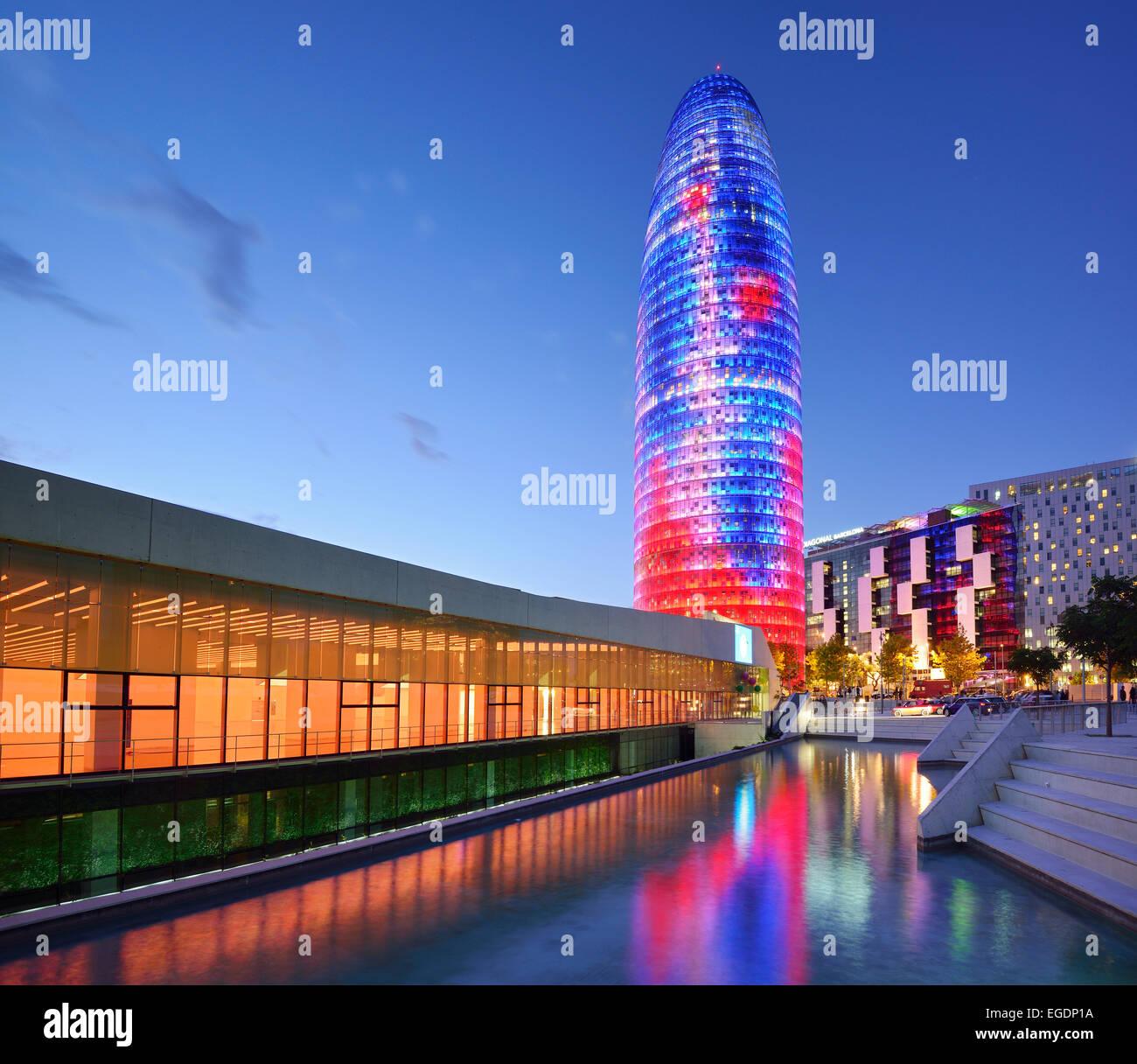 Disseny Hub Barcelona y rascacielos Torre Agbar, iluminado, el arquitecto Jean Nouvel, Barcelona, Cataluña, Imagen De Stock