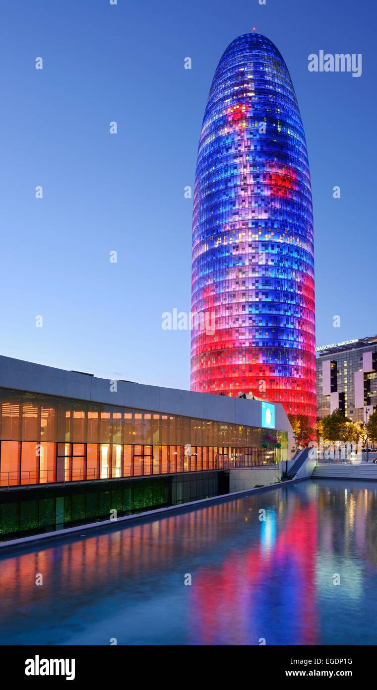 Disseny Hub Barcelona y rascacielos Torre Agbar, iluminado en la noche, el arquitecto Jean Nouvel, Barcelona, Cataluña, Imagen De Stock