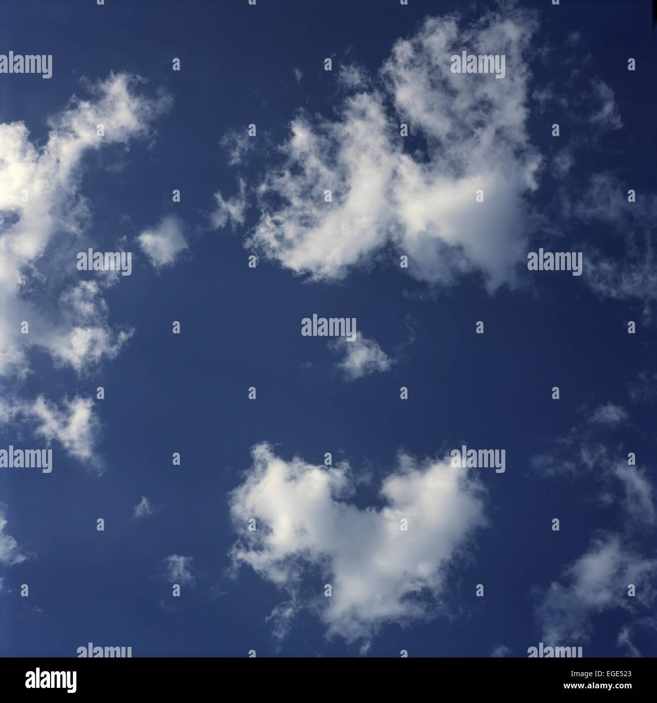 cielo azul con nubes hinchadas Foto de stock