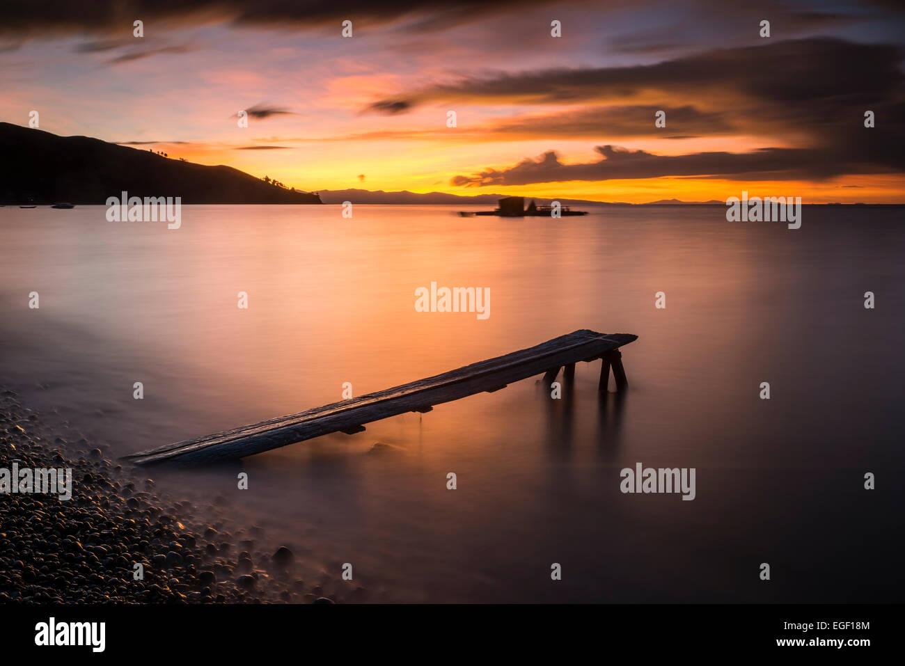 En Jetty Cobacabana al atardecer, en la playa de Copacabana, Lago Titicaca, Bolivia Imagen De Stock