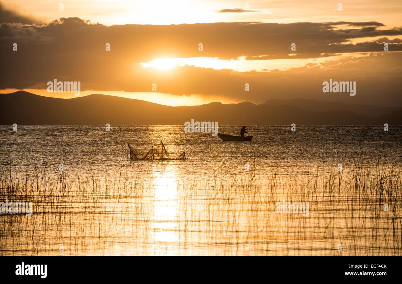 Puesta de sol sobre el Lago Titicaca, Copacabana, Lago Titicaca, Bolivia Imagen De Stock
